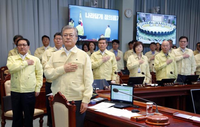 국기에 경례하는 을지태극 국무회의 국무위원들