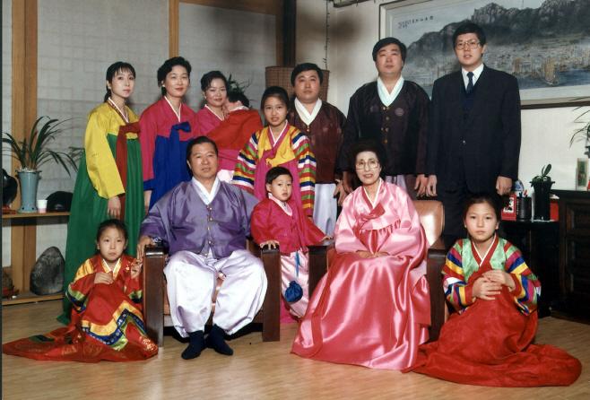 가족들과 기념촬영하는 故김대중 전 대통령과 이...