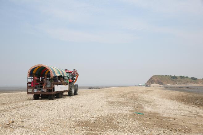 농섬으로 가는 매향리 주민들