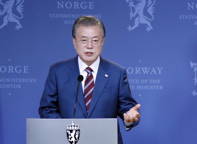 한-노르웨이 공동기자회견서 발언하는 문 대통령