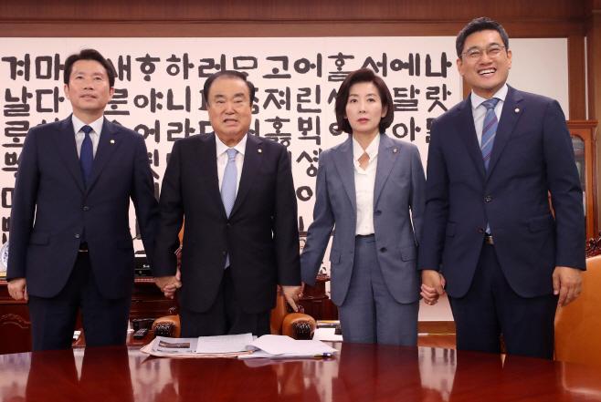 [포토] '국회 정상화' 위해 손잡는 국회의장과 여야 3당 원내대표