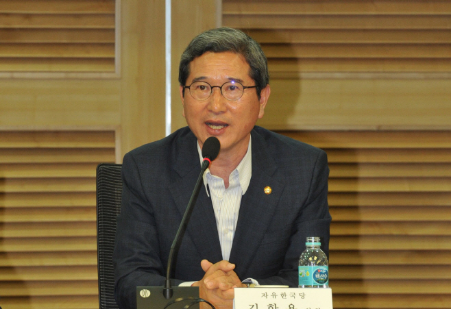 인사말하는 김학용 환경노동위원장<YONHAP NO-2376>