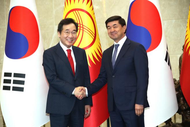 키르기스스탄 총리와 악수하는 이낙연 총리