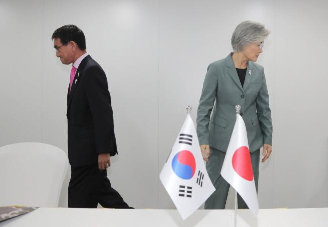 각자의 자리로 향하는 한일 외교장관