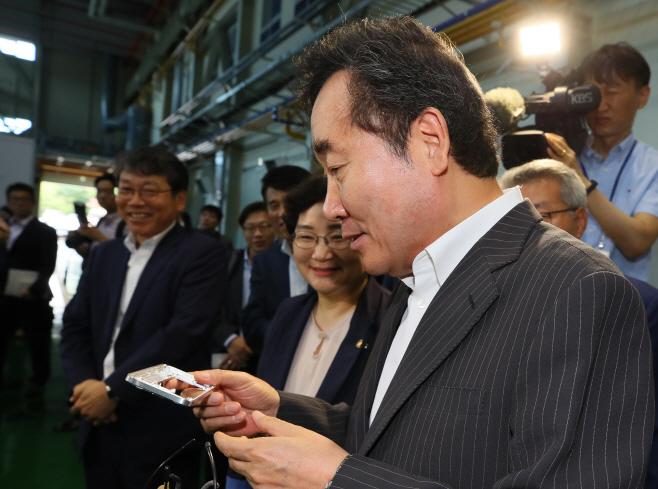 이 총리, 국산 CNC로 만든 스마트폰 케이스에 흐뭇