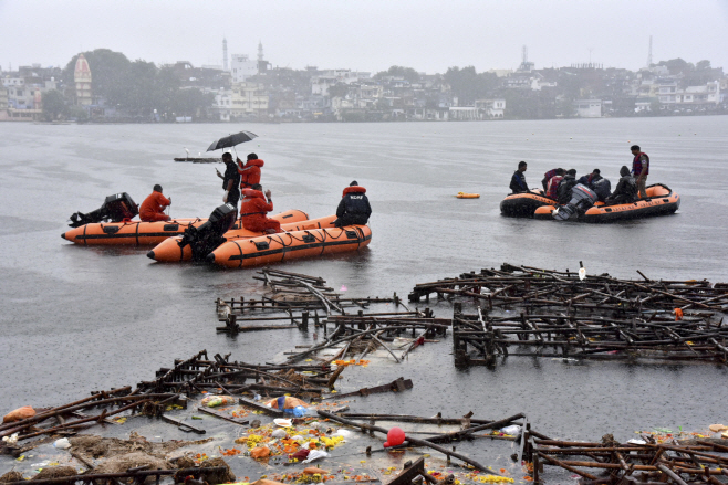 India Boat Accident <YONHAP NO-1752> (AP)