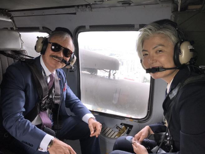 강경화 외교부 장관, 주한 미국대사와 공군기지로 출발