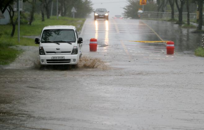 태풍에 침수된 도로<YONHAP NO-2002>