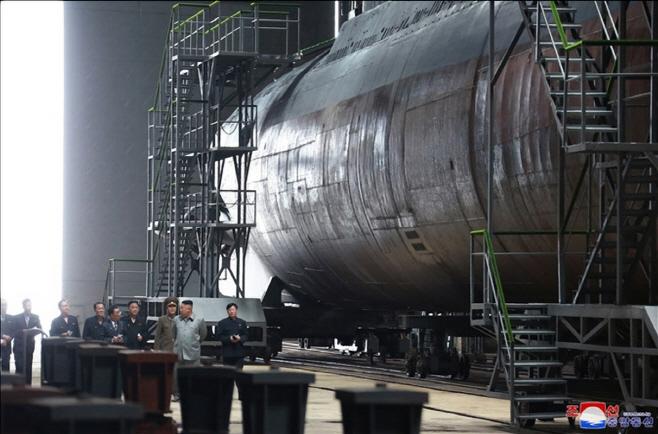북한 김정은, 새로 건조된 잠수함 시찰<YONHAP NO-1010>