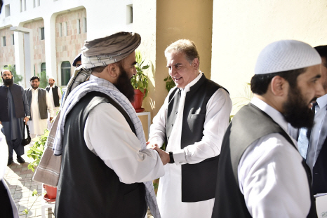 탈레반 대표단을 환대하고 있는 파키스탄 외무부 장관