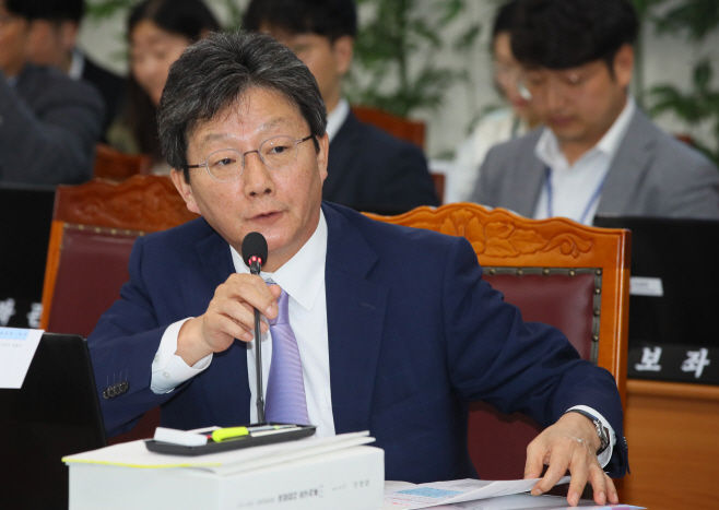 질의하는 유승민 의원<YONHAP NO-2825>