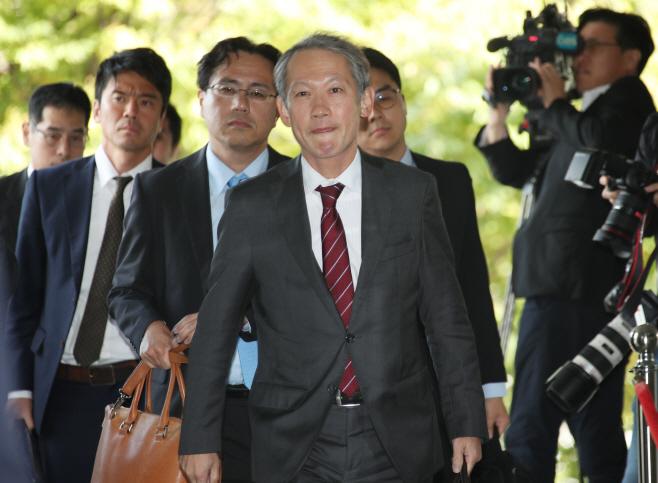 한일 외교국장 협의 위해 외교부 들어오는 일본 외무성 국장