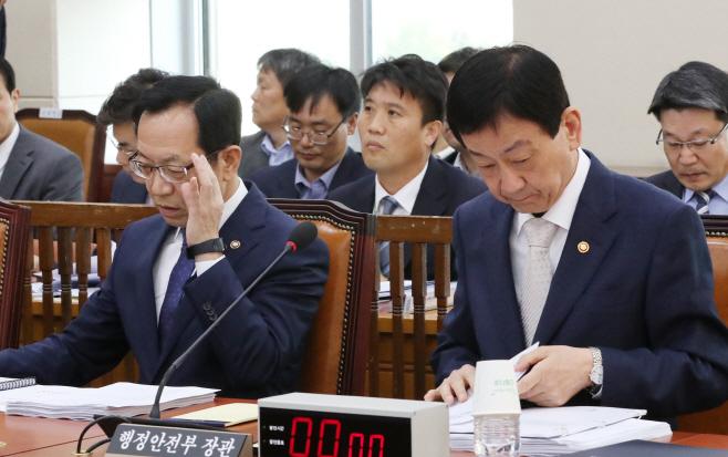 행안위 전체회의 출석한 진영 장관과 정문호 소방청장