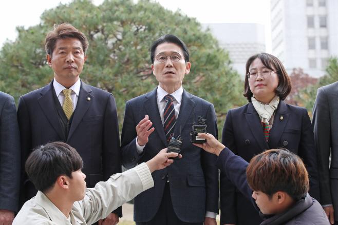 윤소하, 패스트트랙 수사 촉구 대검 항의 방문<YONHAP NO-2785>