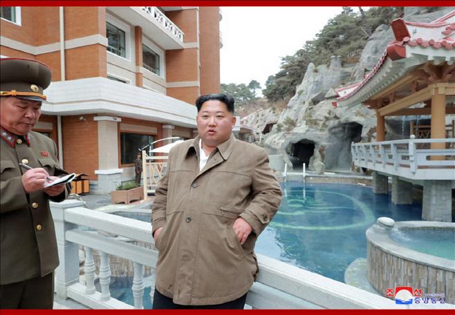 양덕군 온천지구 돌아보는 김정은 북한 국무위원장