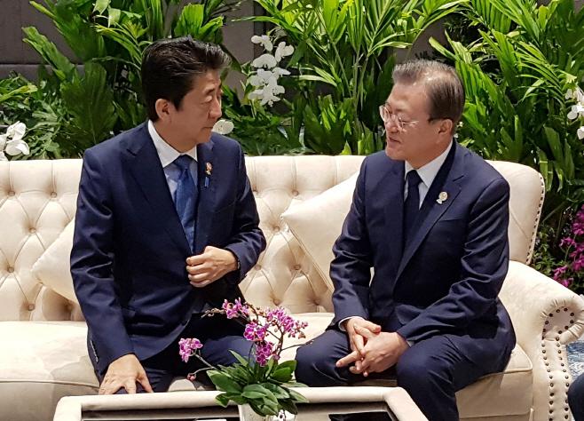 마주 앉은 문 대통령과 아베 총리
