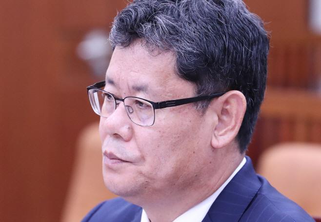질의 경청하는 김연철 통일부 장관