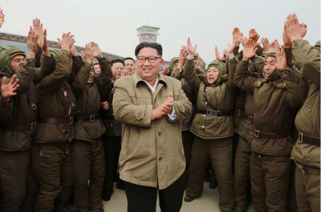 북한군 낙하산 침투훈련 참관한 김정은 북한 국무위원장