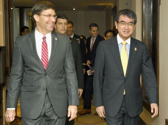 활짝 웃는 미 국방부 장관과 일본 방위상