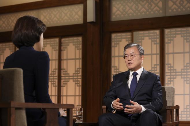 취임 2주년 특집 대담 '대통령에게 묻는다' 출연한 문 대통령