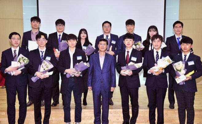 [삼성전기]이윤태 사장이 수상자들과 기념사진을 찍고 있다.