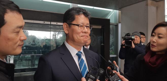 특파원들 질문에 답하는 김연철 통일부 장관