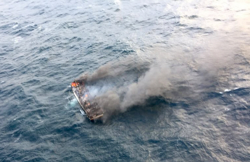 제주 해상서 12명 탄 어선 화재