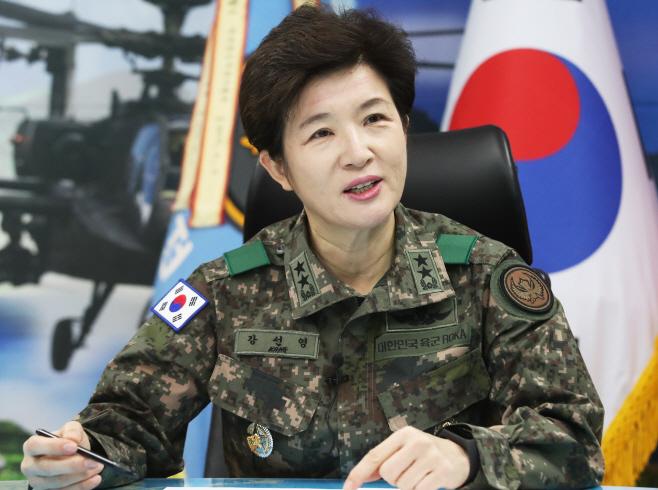 인터뷰하는 강선영 신임 육군항공작전사령관