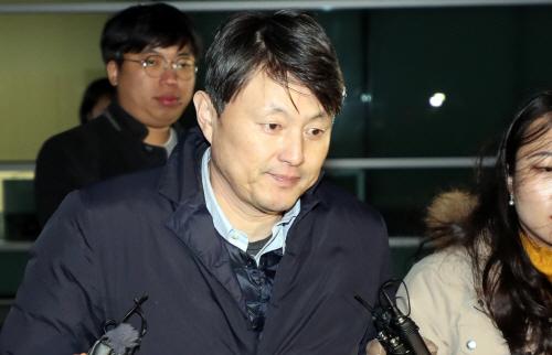 동부지검 나서는 유재수 부시장<YONHAP NO-0554>