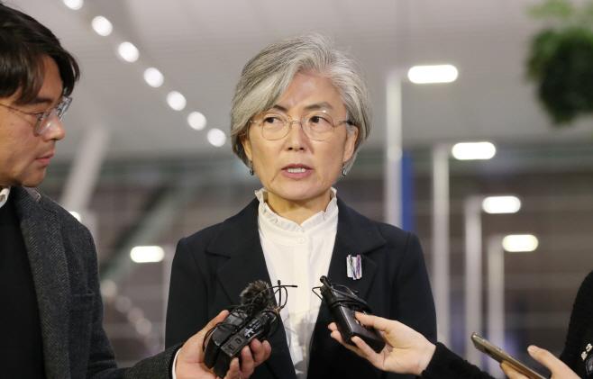 취재진 질문에 답하는 강경화 장관