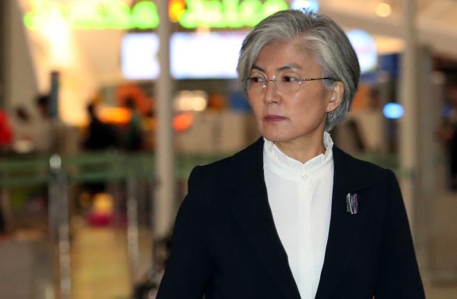 일본 향하는 강경화 외교부 장관