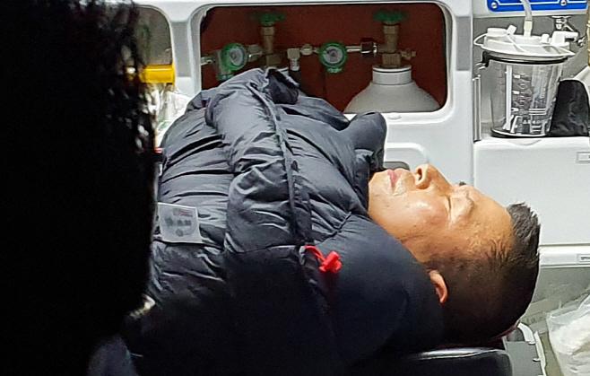 응급실 향하는 황교안 대표<YONHAP NO-5820>