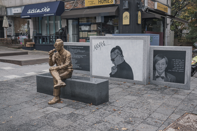 여행/ 신해철 거리에 놓인 그의 동상과 사진