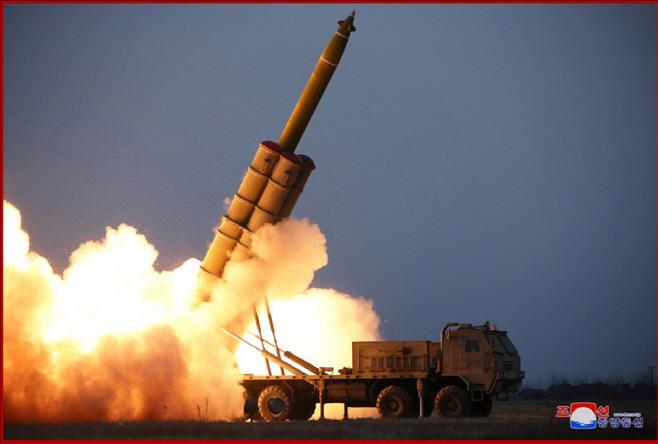 북한, 초대형 방사포 연발시험사격…