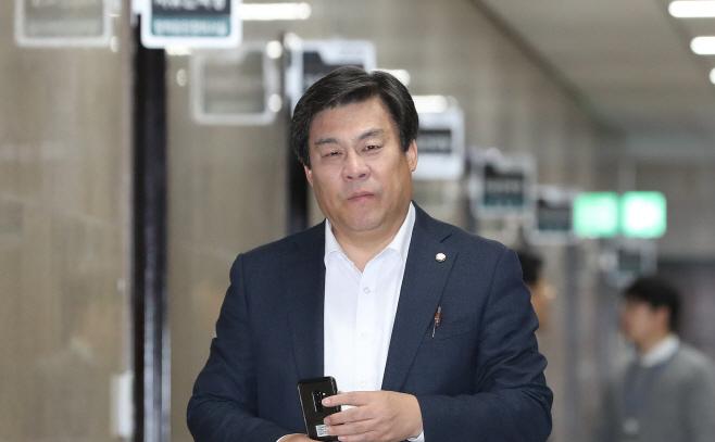 한국당 신정치혁신특위 참석하는 김선동<YONHAP NO-3821>