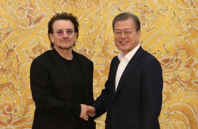 문 대통령, 록밴드 'U2' 보노와 인사<YONHAP NO-2505>