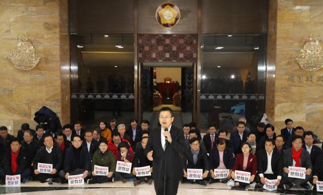 '예산안 날치기 규탄' 발언하는 황교안