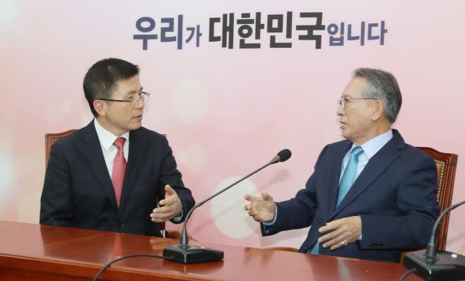 의견 나누는 황교안과 김형오