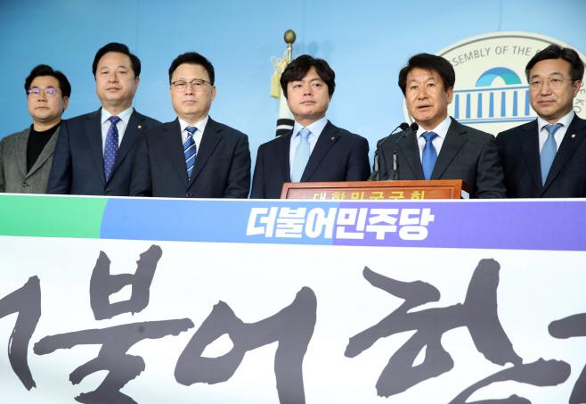 입당기자회견 하는 이흥석-김현정