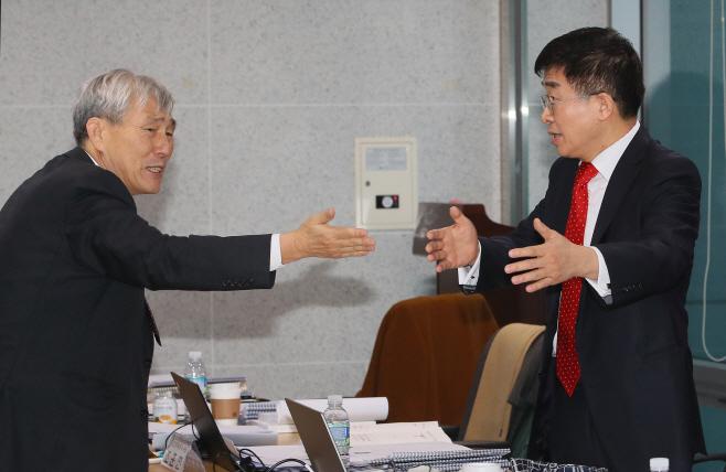 심각하게 논의하는 미래한국당 공병호 조훈현