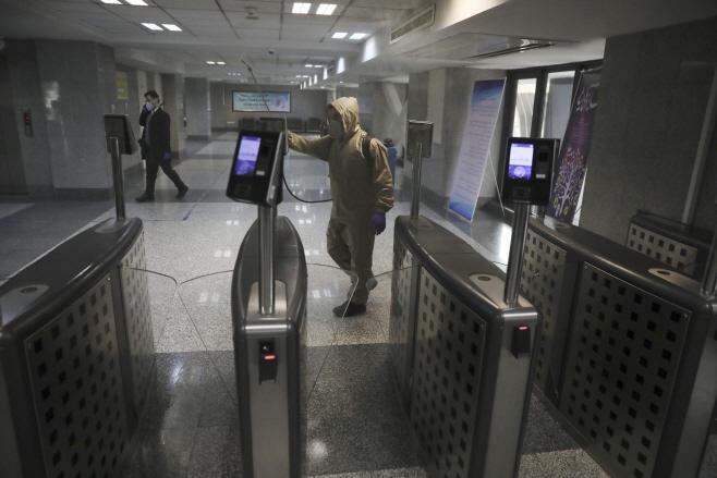 이란 코로나19 '콘트롤타워' 소독하는 방역요원