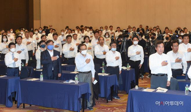[포토]국민의례하는 더불어민주당 당선인 워크숍 참석자들