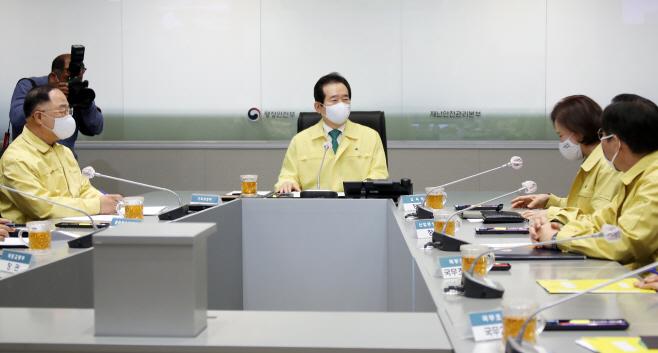 수도권 방역관련 긴급관계장관회의 참석한 정세균 총리