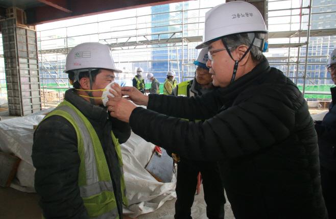 건설근로자에게 마스크 나눠주는 이재갑 장관