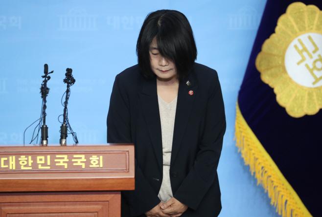 사과하는 민주당 윤미향 당선인<YONHAP NO-4460>