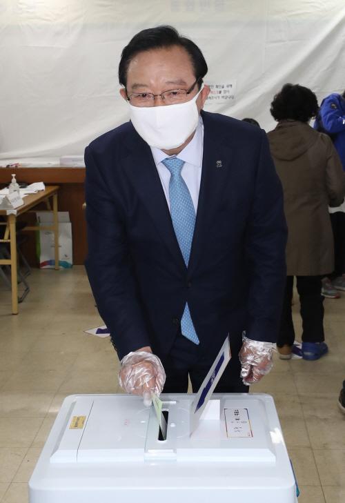 투표하는 송철호 울산시장<YONHAP NO-2125>