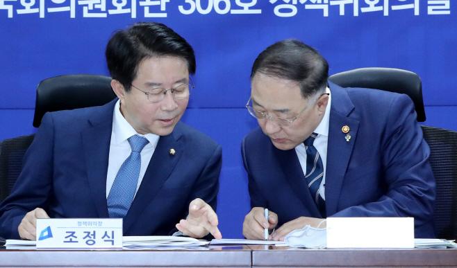 대화하는 조정식 정책위의장-홍남기 부총리<YONHAP NO-1679>