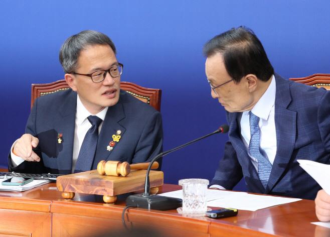 대화하는 민주당 이해찬-박주민<YONHAP NO-2404>