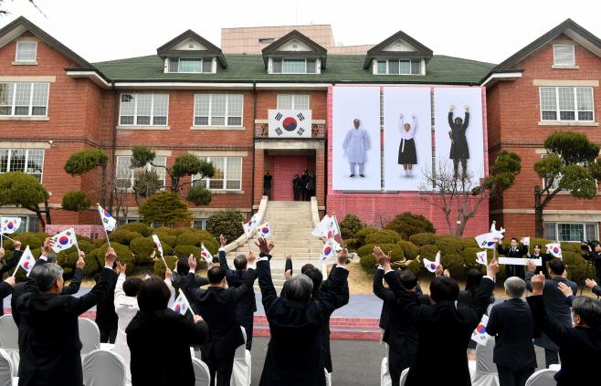만세삼창하는 독립영웅들<YONHAP NO-2594>