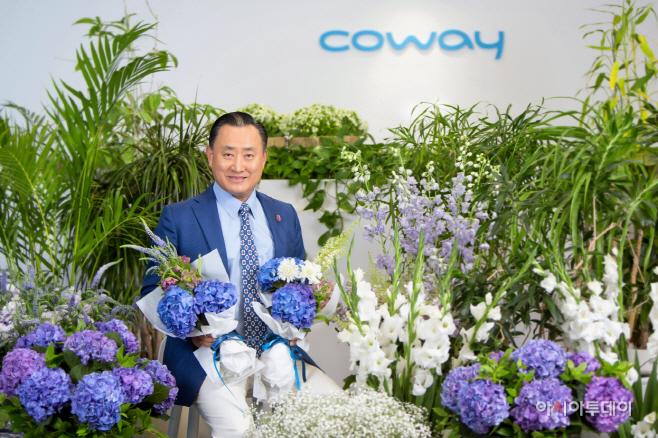 [사진자료] 이해선 코웨이 대표 '플라워 버킷 챌린지' 동참